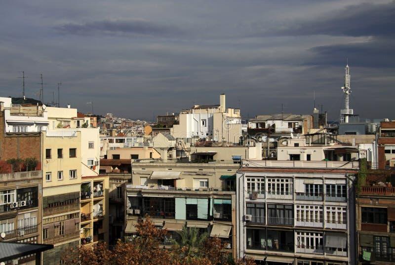 多层的大厦和屋顶在巴塞罗那 免版税库存照片