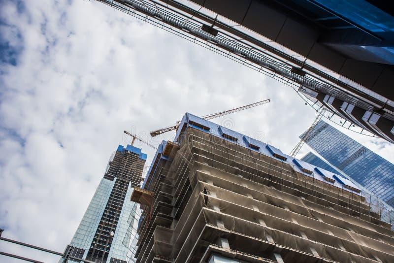 多层的大厦建设中和起重机 图库摄影