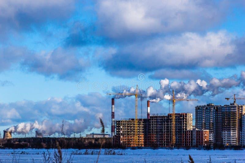 多层的居民住房的建筑在大城市 冬天城市风景 库存照片