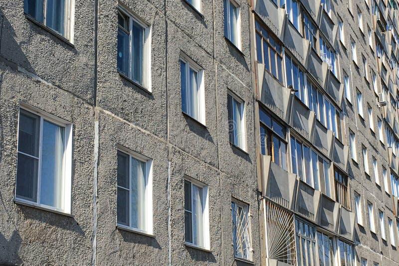 多层的房子,一部分的一个多层的大厦,许多Windows以细胞的形式 免版税库存照片