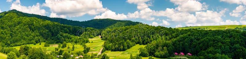 多山乡区全景在夏天 库存照片