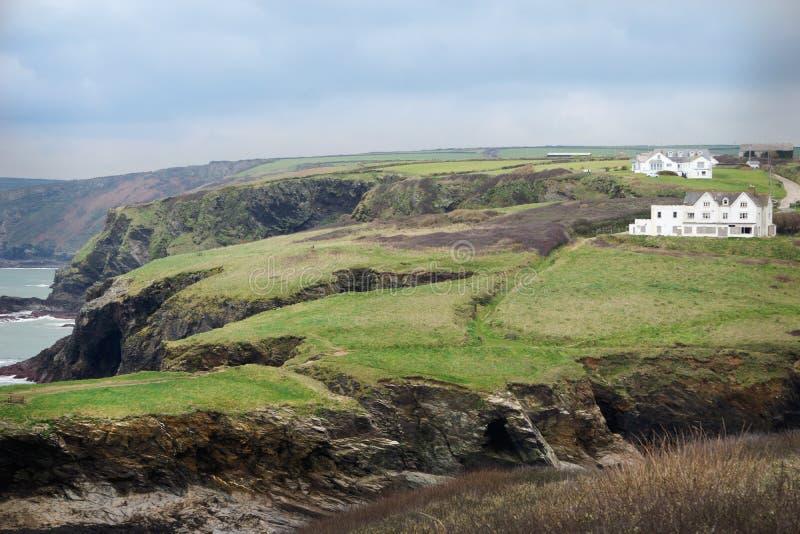 多山观点的港以撒,有绿叶和海洋的英国 库存图片