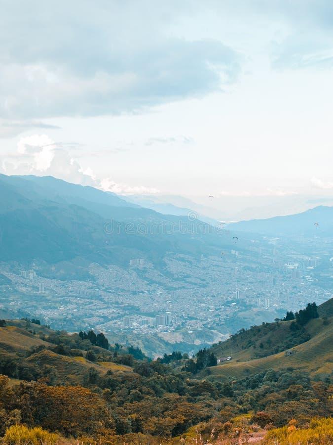 多山风景在麦德林,哥伦比亚的郊区 免版税库存照片