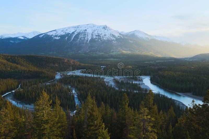 多山风景的绕河 免版税库存照片