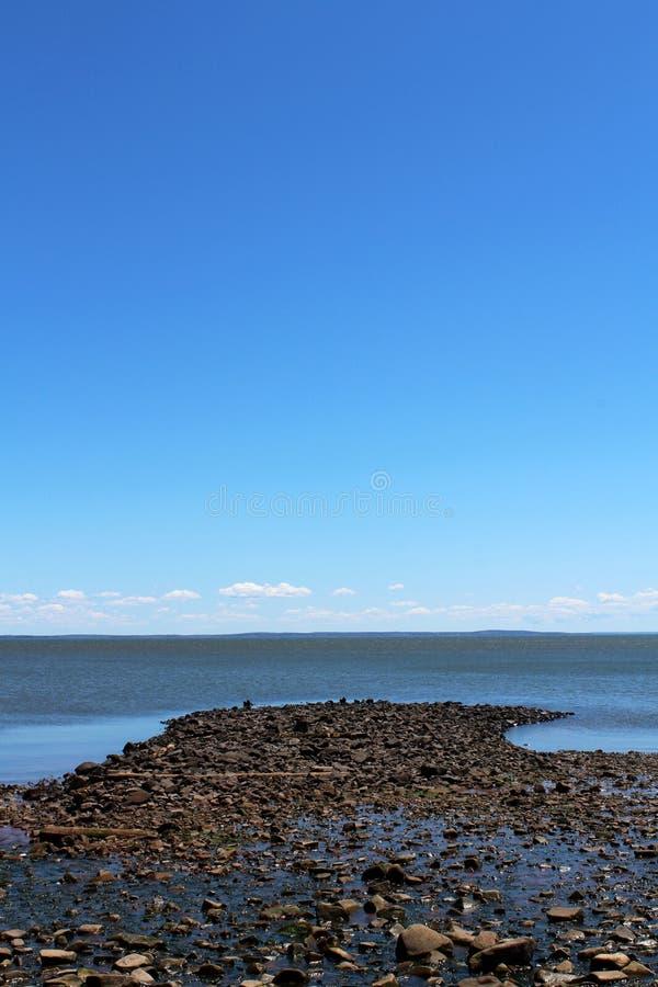 多岩石的海滩在新斯科舍 库存图片