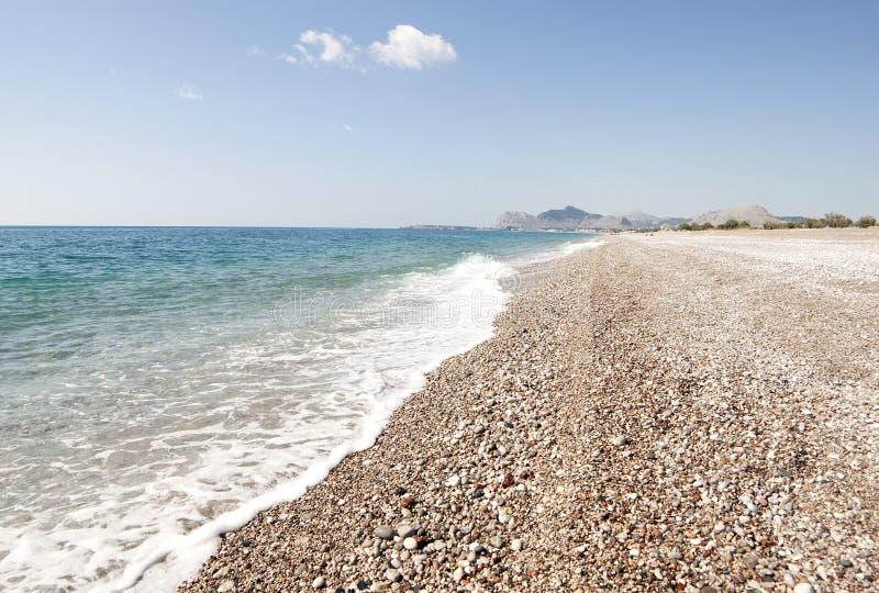 多岩石的海滩在罗得岛海岛 免版税库存图片