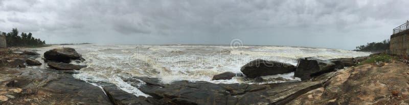 多岩石的海滩的全景在巴特卡尔,西Kary的 库存图片