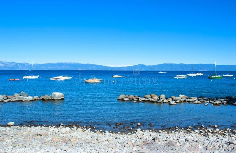 多岩石的海滩Lake Tahoe淡水湖内华达山山, 库存照片
