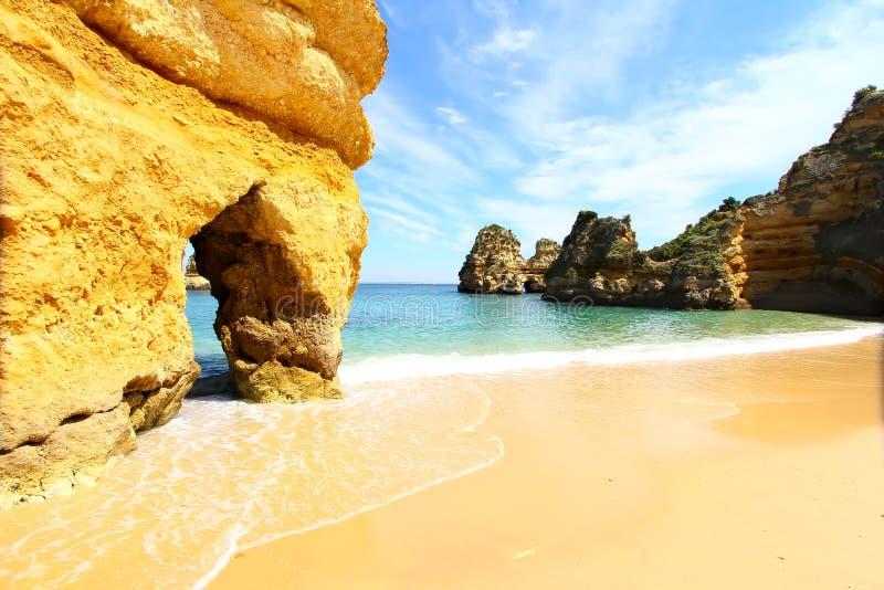 多岩石的海滩,拉各斯,葡萄牙 免版税库存照片