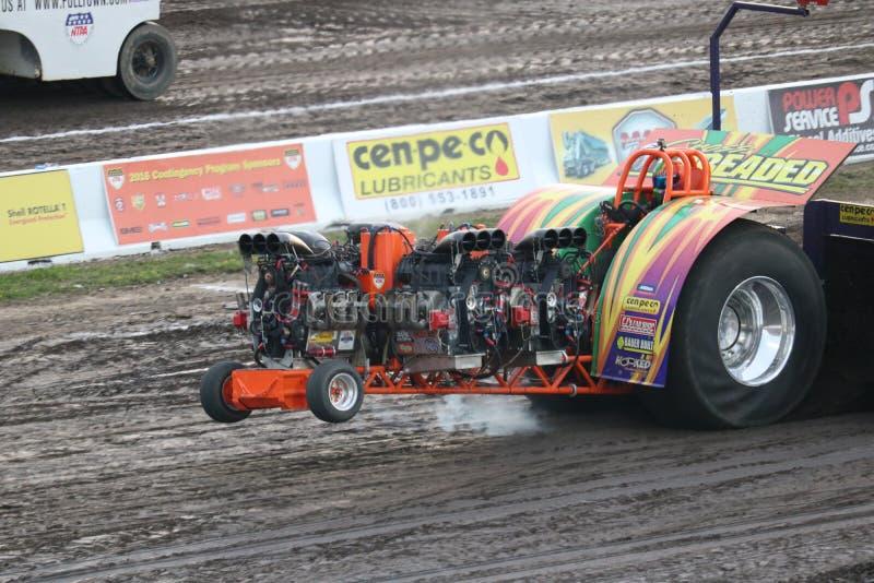 多引擎拉扯在Bowling Green,俄亥俄的修改过的拖拉机 免版税库存图片