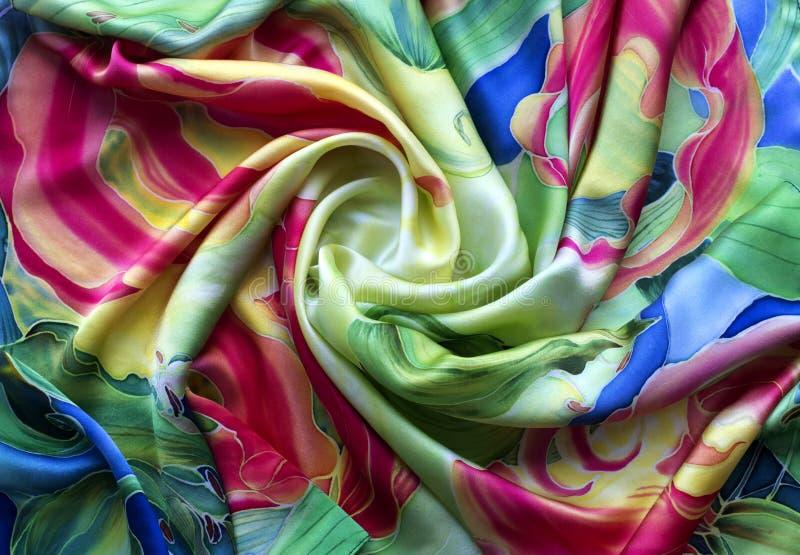 多彩多姿的丝绸 被绘的自然缎 细麻花布 围巾由丝绸纤维做成 图库摄影