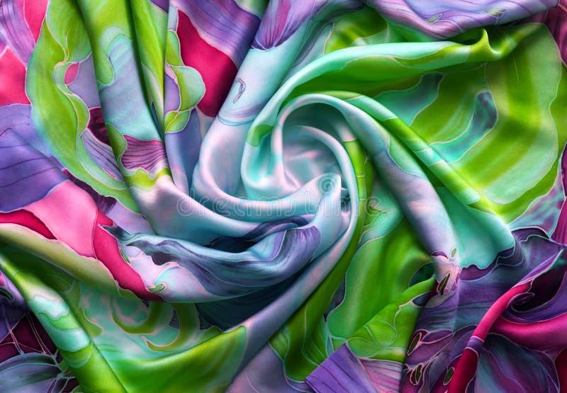 多彩多姿的丝绸 被绘的自然缎 细麻花布 围巾由丝绸纤维做成 库存图片
