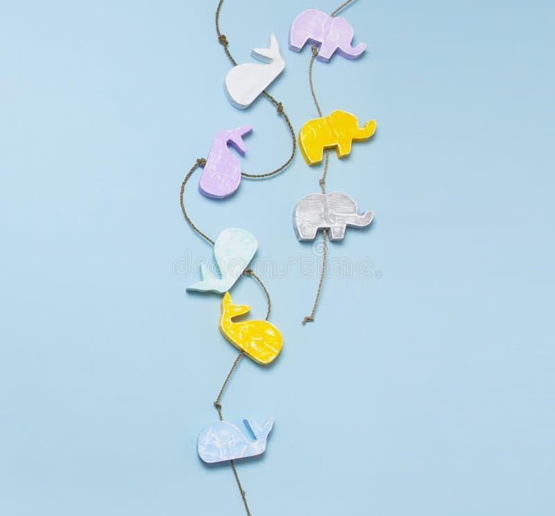 多彩多姿的以大象和鲸鱼的形式儿童的木玩具 孩子和婴孩的有机自然玩具,手工制造 免版税库存图片