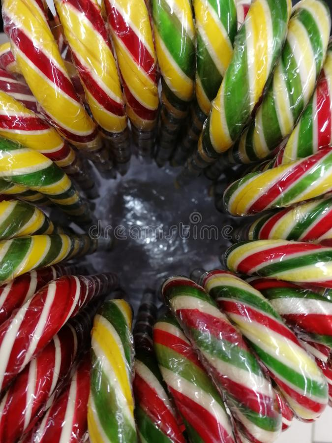 多彩多姿的以藤茎的形式藤茎薄荷的糖果在一个圆的箱子 免版税库存图片