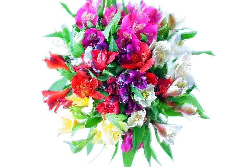 多彩多姿的在白色背景被隔绝的特写镜头的德国锥脚形酒杯百合花圆的花束 库存图片