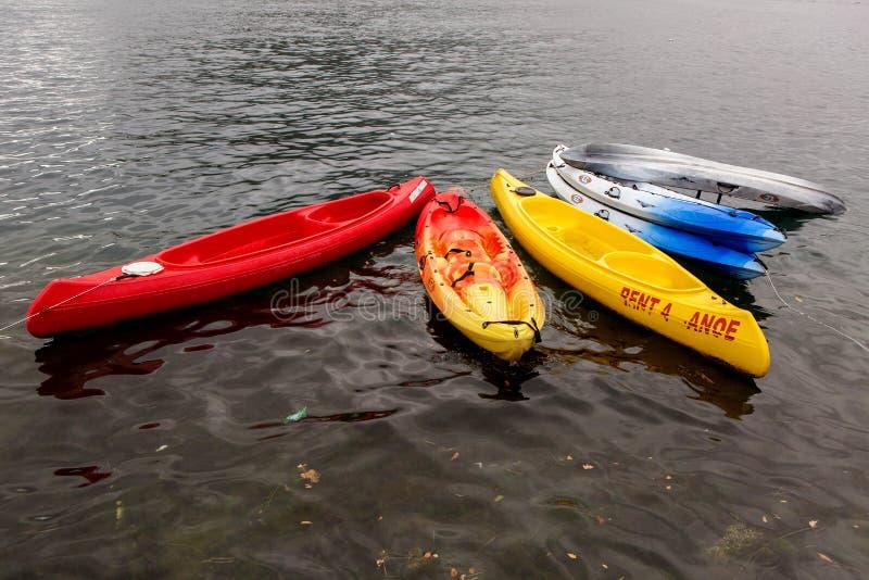 多彩多姿的塑料皮船在码头在岸附近 库存图片