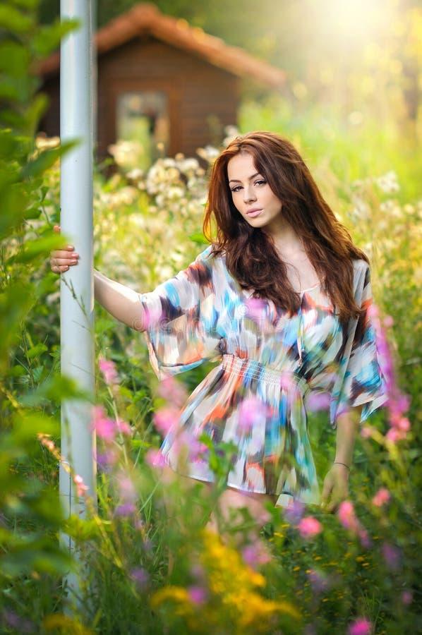 多彩多姿的女衬衫的年轻美丽的红色头发妇女在一个晴天 可爱的长的头发女性画象本质上 免版税库存图片
