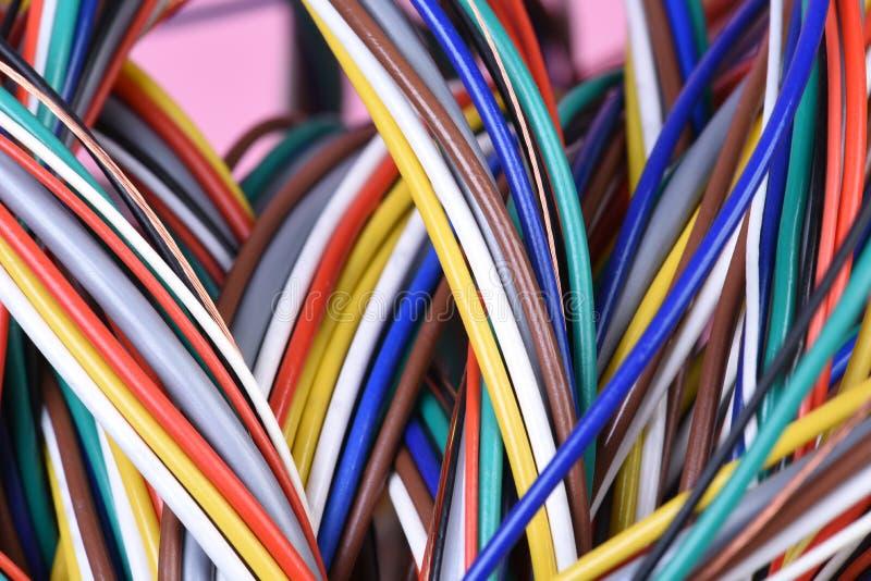 多彩多姿的捆绑计算机缆绳 免版税图库摄影