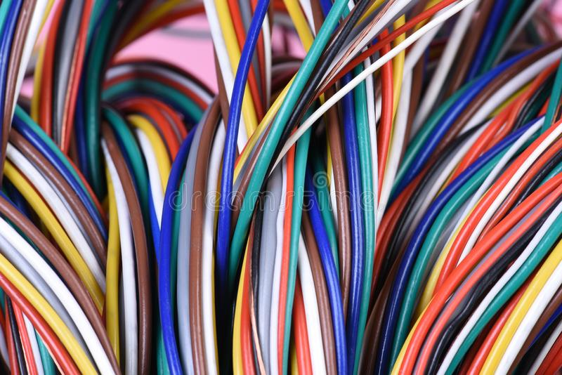 多彩多姿的捆绑计算机缆绳 库存照片