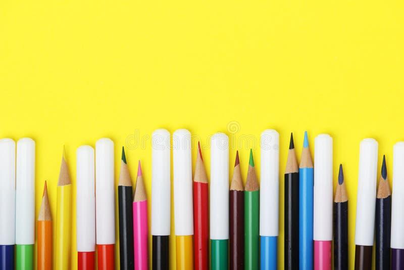 多彩多姿的标志和铅笔在明亮的背景 免版税库存照片
