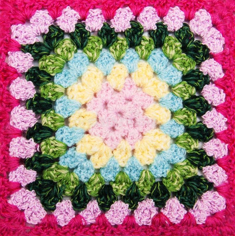 多彩多姿的格子花呢披肩正方形钩针编织 库存照片
