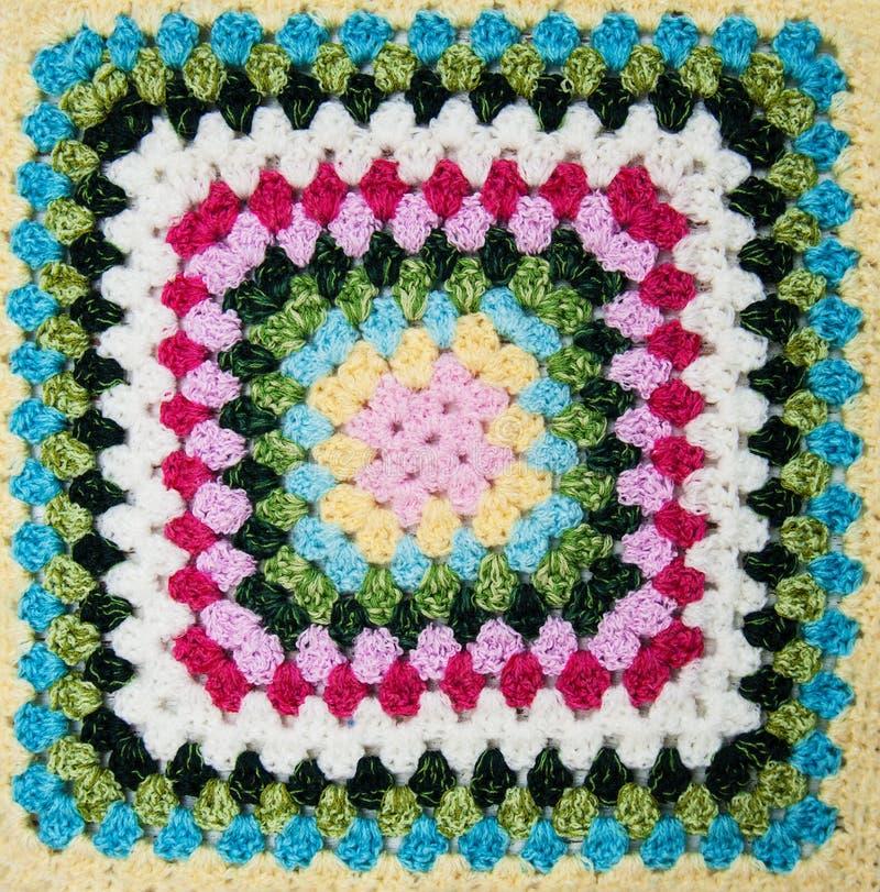 多彩多姿的格子花呢披肩正方形钩针编织 免版税库存照片
