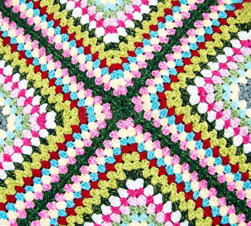 多彩多姿的格子花呢披肩正方形钩针编织 免版税库存图片