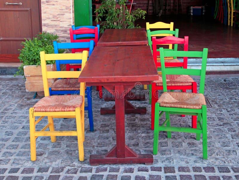 多彩多姿的椅子在室外希腊餐馆,克利特,希腊 免版税库存照片