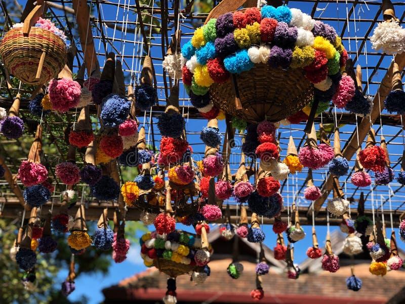 多彩多姿的毛线做的美好流动垂悬 库存照片