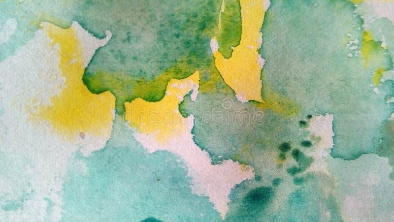 多彩多姿的水彩污点特写镜头在纸的 黄色,绿色,蓝色,棕色污点,滴水,下落 免版税库存照片