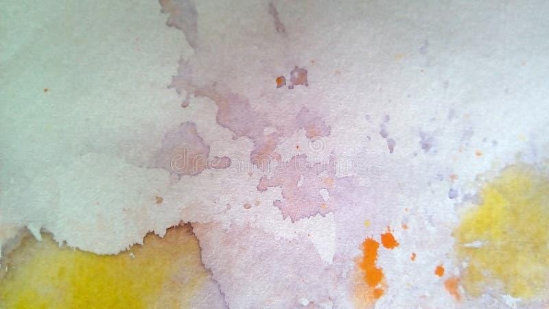 多彩多姿的水彩污点特写镜头在纸的 黄色,绿色,蓝色,棕色污点,滴水,下落 库存图片