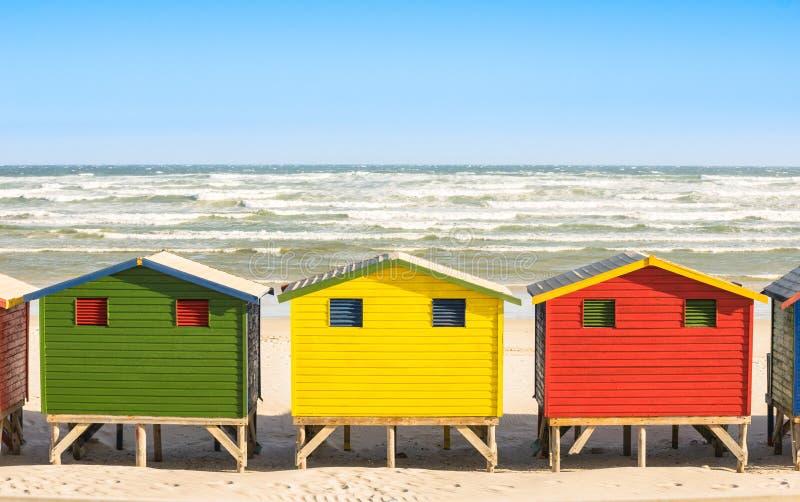 多彩多姿的海滩小屋在开普敦附近的圣詹姆斯和梅曾贝赫海边 免版税库存图片