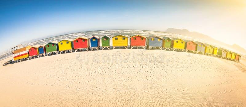 多彩多姿的海滩小屋在开普敦附近的圣詹姆斯海边 库存照片