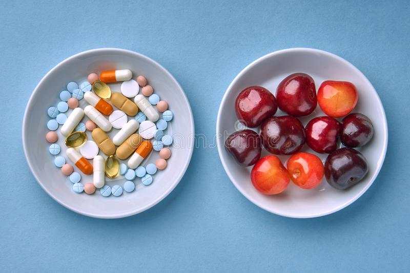 多彩多姿的片剂和药片、果子和莓果 库存图片
