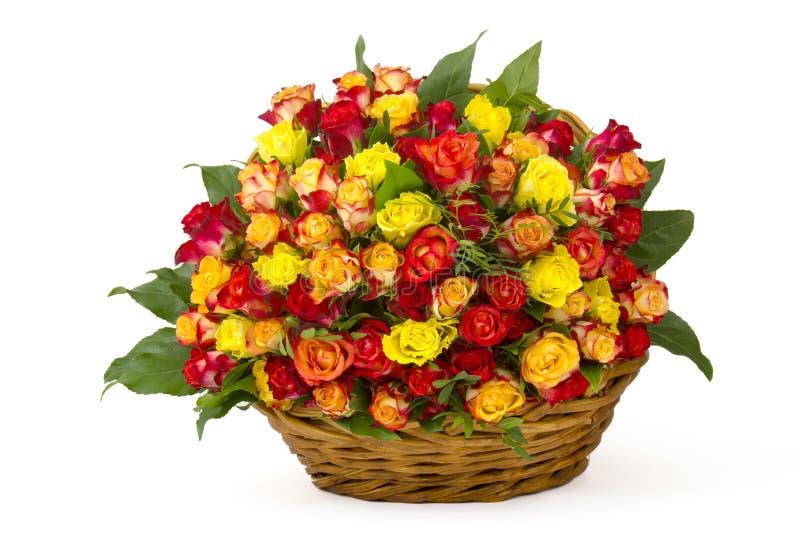 多彩多姿的玫瑰花束在篮子的 免版税库存图片