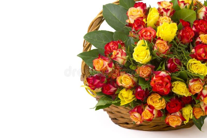 多彩多姿的玫瑰花束在篮子的 库存照片