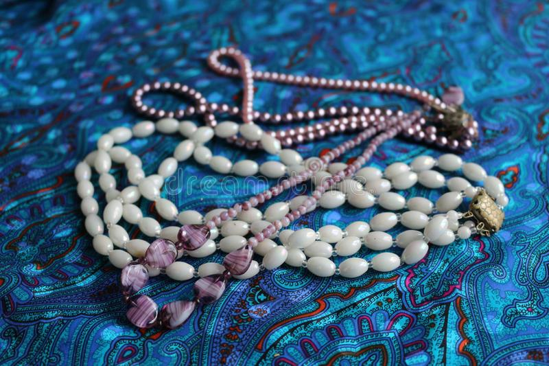 多彩多姿的珍珠和次贵重的石头小珠  库存照片