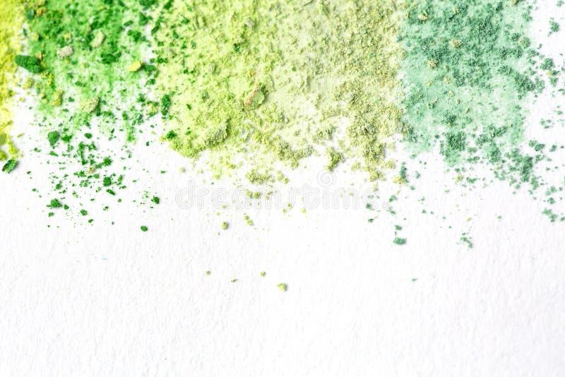 多彩多姿的白垩面包屑,在白皮书的柔和的淡色彩水彩的 黄色,绿色,灰色,浅绿色的绯红色 在视图之上 免版税库存图片