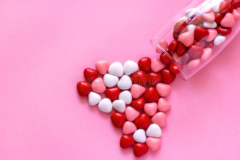 多彩多姿的糖果或药片以心脏的形式 概念情人节或医学,药房,心脏病学 免版税库存图片