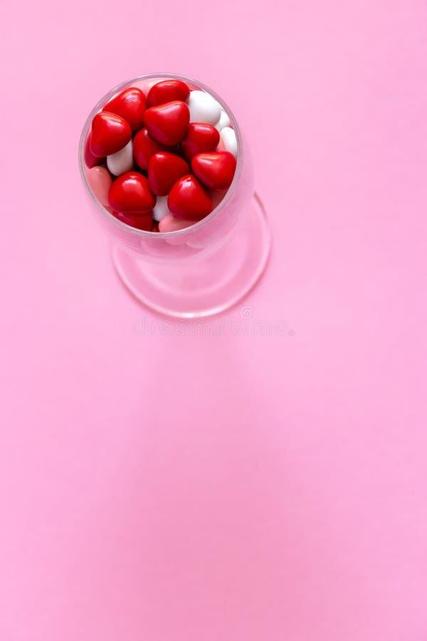 多彩多姿的糖果或药片以心脏的形式 概念情人节或医学,药房,心脏病学 库存照片