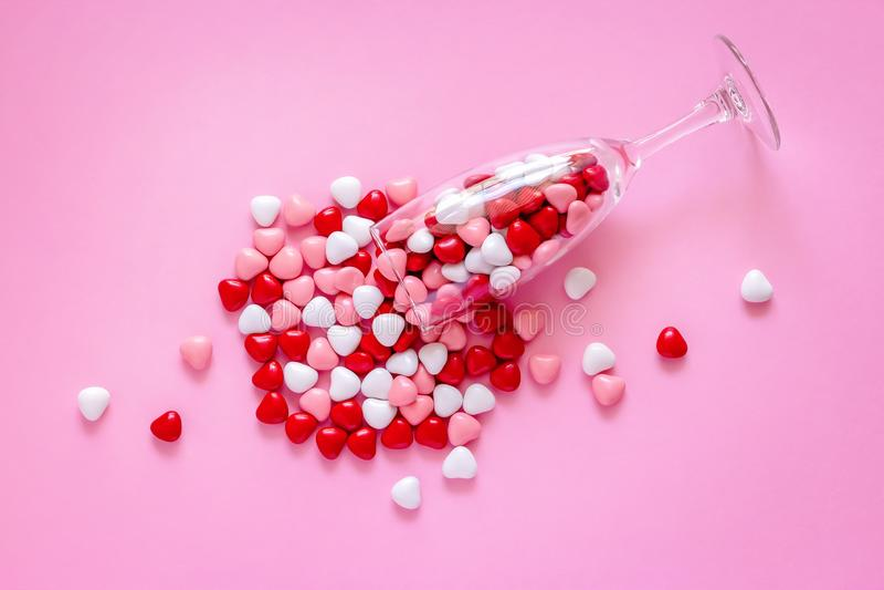 多彩多姿的糖果或药片以心脏的形式 概念情人节或医学,药房,心脏病学 库存图片