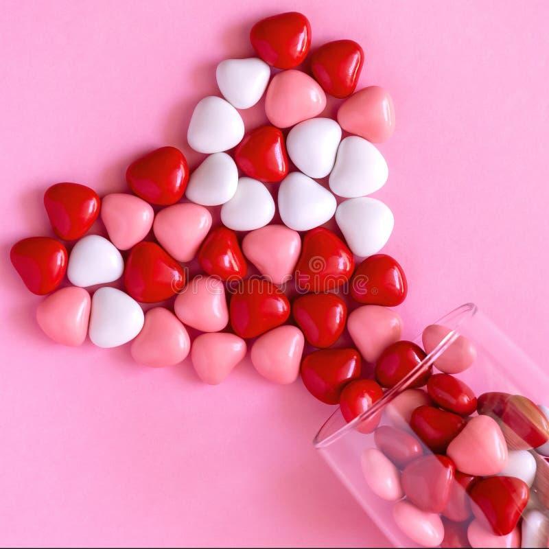 多彩多姿的糖果或药片以心脏的形式 浪漫情人节或医学,药房,心脏病学概念 图库摄影