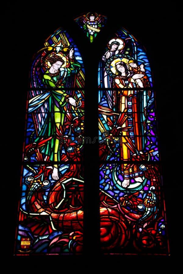 多彩多姿的美丽的污迹玻璃窗在法国的主要哥特式大教堂里 免版税库存图片