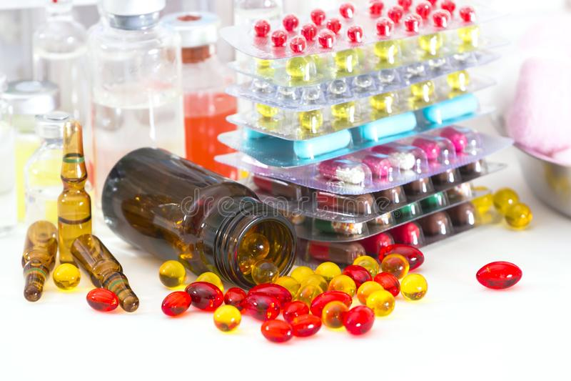 多彩多姿的药片和胶囊 免版税库存图片