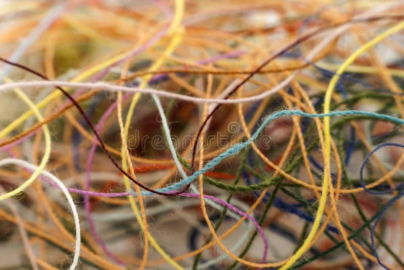 多彩多姿的被缠结的五颜六色的needlecraft丝绸螺纹绳索 橡皮防水布 库存图片