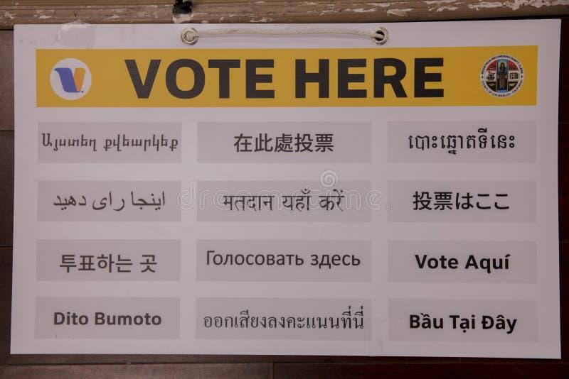 多文化公民在加利福尼亚州洛杉矶伊曼文化中心举行超级星期二总统初选投票 免版税库存照片