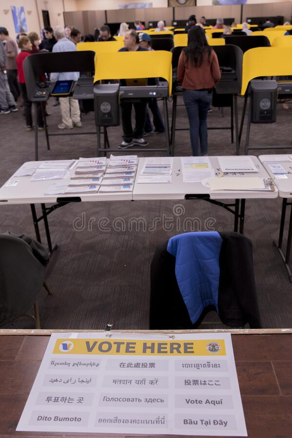 多文化公民在加利福尼亚州洛杉矶伊曼文化中心举行超级星期二总统初选投票 库存图片