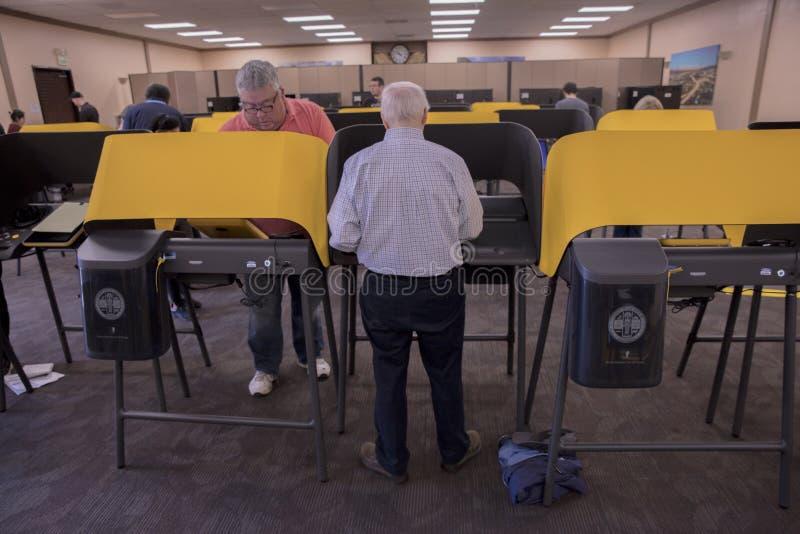 多文化公民在加利福尼亚州洛杉矶伊曼文化中心举行超级星期二总统初选投票 免版税库存图片