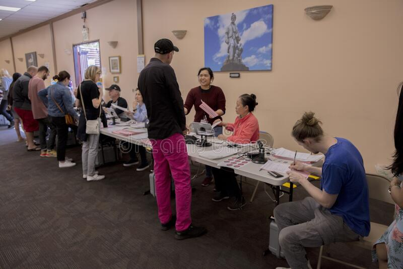 多文化公民在加利福尼亚州洛杉矶伊曼文化中心举行超级星期二总统初选投票 免版税图库摄影