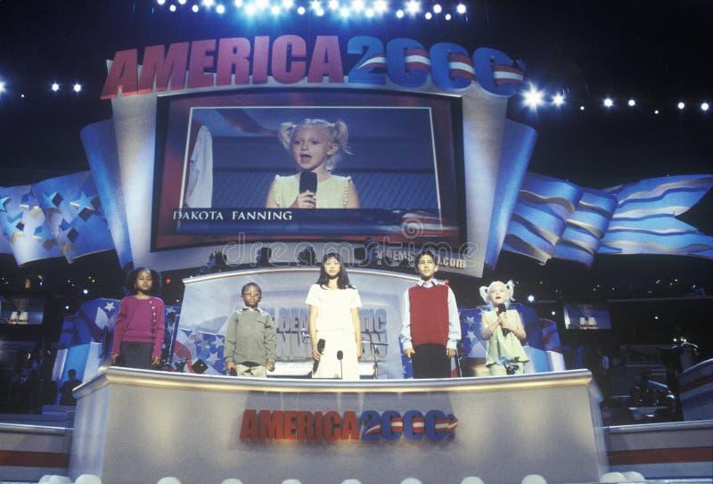 多文化孩子对人群演讲在2000民主党大会在斯台普斯中心,洛杉矶,加州 免版税库存图片